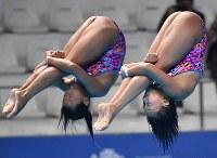 【飛び込み】 女子シンクロ3メートル板飛び込み決勝、三上紗也可(左)、宮本葉月組の3回目の演技=ジャカルタで2018年8月29日、宮間俊樹撮影