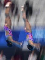 【飛び込み】 女子シンクロ3メートル板飛び込み決勝、三上紗也可(左)、宮本葉月組の2回目の演技=ジャカルタで2018年8月29日、宮間俊樹撮影