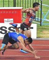 【陸上】陸上男子200メートル決勝、1位でフィニッシュした小池祐貴(奥)=ジャカルタのブンカルノ競技場で2018年8月29日、徳野仁子撮影