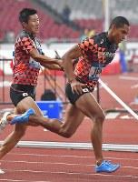 【陸上】陸上男子400メートルリレー予選、第3走者の桐生祥秀(左)からバトンを受け取る最終走者のケンブリッジ飛鳥=ジャカルタのブンカルノ競技場で2018年8月29日、徳野仁子撮影