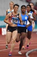 【陸上】陸上女子七種競技で3位に入った山崎有紀(手前)の800メートル=ジャカルタのブンカルノ競技場で2018年8月29日、徳野仁子撮影