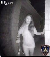 8月28日、米テキサス州モンゴメリー郡で、Tシャツだけを着た女性が切れた拘束紐を手首からぶら下げた状態で民家の防犯カメラに映り、その後行方が分からなくなったとして、地元警察が捜索している。提供写真(2018年 ロイター/ Courtesy Montgomery County Sheriff's Office)