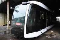 報道陣に公開された札幌市電の新型低床車両1100形=札幌市中央区で2018年8月30日午後2時21分、野原寛史撮影