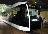 報道陣に公開された札幌市電の新型低床車両1100形=札幌市中央区で2018年8月30日午後2時30分、野原寛史撮影