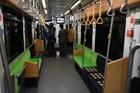報道陣に公開された札幌市電の新型低床車両1100形の車内=札幌市中央区で2018年8月30日午後2時24分、野原寛史撮影