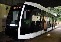 報道陣に公開された札幌市電の新型低床車両1100形=札幌市中央区で2018年8月30日午後2時26分、野原寛史撮影