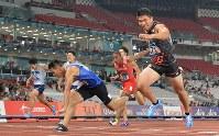 【陸上】陸上男子200メートル決勝、1位でフィニッシュする小池祐貴(右端)=ジャカルタのブンカルノ競技場で2018年8月29日、徳野仁子撮影