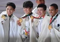 陸上男子400メートルリレー決勝で優勝し金メダルを手にする(左から)山県亮太、多田修平、桐生祥秀、ケンブリッジ飛鳥の日本選手たち=ジャカルタで2018年8月30日、宮間俊樹撮影