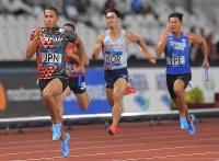 陸上男子400メートルリレー決勝、1位でフィニッシュするアンカーのケンブリッジ飛鳥=ジャカルタで2018年8月30日、徳野仁子撮影