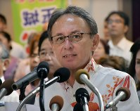 Denny Tamaki, secretary-general of the Liberal Party, announces his candidacy in the Okinawa gubernatorial election at a news conference at a Naha hotel on Aug. 29, 2018. (Mainichi)