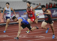 Japan's Yuki Koike, right, crosses the line ahead of Taiwan's Yang Chunhan to win the men's 200m final during the athletics competition at the 18th Asian Games in Jakarta, Indonesia, on Aug. 29, 2018. (AP Photo/Dita Alangkara)