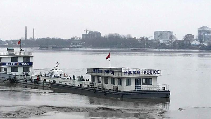 中朝国境を流れる鴨緑江で密輸を取り締まる中国側の警察船