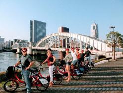 隅田川にかかる勝鬨橋周辺(サイクリングホリデー東京提供)
