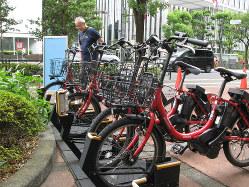 ドコモ・バイクシェアのサイクルポート。ドコモは電動アシスト自転車だ(=東京都千代田区)