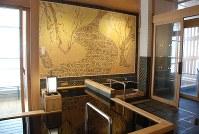 紅白梅図屏風をもとにデザインした御谷湯のモザイクタイル画=東京都墨田区の御谷湯で、川畑さおり撮影
