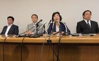 記者会見で自民党総裁選への不出馬を表明し質問に答える野田聖子総務相(右から2人目)。浜田靖一衆院議員(右端)や小此木八郎国家公安委員長(右から3人目)らが同席した=衆院第1議員会館で2018年8月31日午後3時4分、川田雅浩撮影