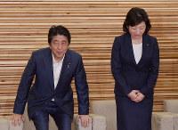 閣議に臨む安倍晋三首相(左)と野田聖子総務相=首相官邸で2018年8月31日午前10時3分、川田雅浩撮影