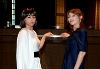 「全力!歌劇団」のメンバー、なおさん(左)とじゅんさん=中嶋真希撮影