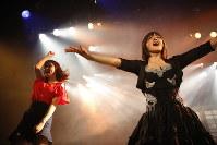 東京都内で今年6月に行われた公演。右がなおさん=全力!歌劇団提供