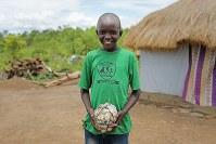 ジョージ・ロプトさん(11)。テントの切れ端などを使い自分で作ったサッカーボール=ウガンダ・アルアのライノ難民居住区で2018年4月8日、小川昌宏撮影
