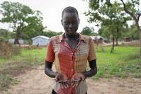 アケル・ボルさん(14)。ボールペン。学校で3本配布されたが、2本は盗まれてしまった。毎日、これで数学などを勉強している=ウガンダ・アルアのライノ難民居住区で2018年4月11日、小川昌宏撮影