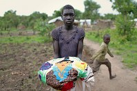 デボラ・アコトさん(13)。ベッドシーツ。南スーダンから持ってきた。手縫いの刺繍がしてあり、教会に飾るためのもの=ウガンダ・アルアのライノ難民居住区で2018年4月11日、小川昌宏撮影