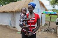 マーガレット・アーテさん(19)。10カ月のビクトリア・マンデイちゃん。初めての子で、出産後に一緒に避難した=ウガンダ・アルアのライノ難民居住区で2018年4月8日、小川昌宏撮影