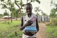 ペーター・マディックさん(14)。文房具。学校が好きで20冊以上のノートをかばんに詰め込む。将来は「政治家になりたい」=ウガンダ・アルアのライノ難民居住区で2018年4月11日、小川昌宏撮影