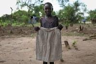 ジュリア・ベロさん(13)。スカート。居住区で母が買ってくれた。去年のクリスマスに着たお気に入りの服=ウガンダ・アルアのライノ難民居住区で2018年4月11日、小川昌宏撮影