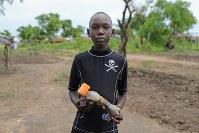 アルフォンソ・ジャンバさん(13)。ペットボトルなどを使って作ったおもちゃのトラック=ウガンダ・アルアのライノ難民居住区で2018年4月8日、小川昌宏撮影