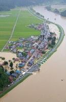 激しい雨で冠水した集落。右は最上川=山形県戸沢村で2018年8月31日午後1時38分、本社機「希望」から佐々木順一撮影