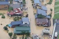 激しい雨で冠水した集落=山形県戸沢村で2018年8月31日午後1時37分、本社機「希望」から佐々木順一撮影