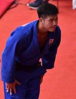 柔道男子100キロ級決勝で優勝し観客に一礼する飯田健太郎=ジャカルタで2018年8月31日、宮間俊樹撮影