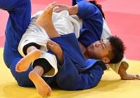 柔道男子100キロ級決勝で相手の攻めにたえる飯田健太郎(下)=ジャカルタで2018年8月31日、宮間俊樹撮影