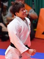 柔道女子78キロ級決勝で一本勝ちして金メダルを獲得、笑顔の佐藤瑠香=ジャカルタで2018年8月31日、宮間俊樹撮影