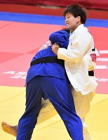 柔道女子78キロ級決勝で 一本勝ちで破り優勝した佐藤瑠香(右)=ジャカルタで2018年8月31日、宮間俊樹撮影