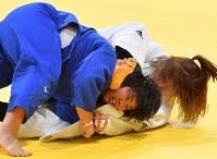 柔道女子78キロ超級決勝で優勝した素根輝(手前)=ジャカルタで2018年8月31日、宮間俊樹撮影