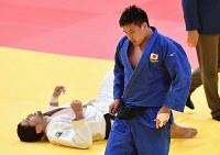 柔道男子90キロ級3位決定戦で一本勝ちし3位に入ったベイカー茉秋(手前)=ジャカルタで2018年8月31日、宮間俊樹撮影