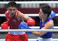 ボクシング男子ライトウエルター級準決勝、第2ラウンド、パンチを受けた成松大介(右)=ジャカルタで2018年8月31日、徳野仁子撮影