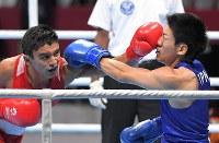 ボクシング男子ライトウエルター級準決勝、パンチを受ける成松大介(右)=ジャカルタで2018年8月31日、徳野仁子撮影