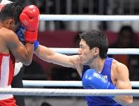 ボクシング男子ライトウエルター級準決勝、攻める成松大介(右)=ジャカルタで2018年8月31日、徳野仁子撮影