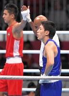 ボクシング男子ライトウエルター級準決勝で敗れ、銅メダルを獲得した成松大介(手前)=ジャカルタで2018年8月31日、徳野仁子撮影