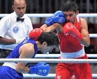 ボクシング男子ライトウエルター級準決勝、第2ラウンド、攻める成松大介(左手前)=ジャカルタで2018年8月31日、徳野仁子撮影