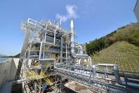 エネルギー自給率100%を目指す岡山県真庭市のバイオマス発電所=真庭市提供