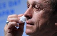 福岡で捕虜となっていた祖父を思い涙するジェレミー・ギリーさん=東京都千代田区で2018年8月31日、梅村直承撮影