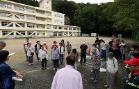 地震・津波避難訓練で、高台の小学校グラウンドに避難した住民ら=岩手県釜石市で2018年9月1日午前8時42分、小川昌宏撮影