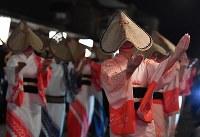 編みがさをかぶり優美な踊りを披露する踊り手たち=富山市で2018年9月1日午後10時8分、猪飼健史撮影