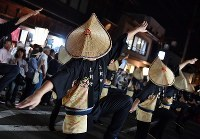 編みがさをかぶり優美な踊りを披露する踊り手たち=富山市で2018年9月1日午後7時55分、猪飼健史撮影