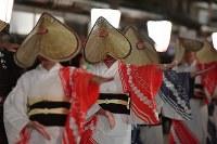 編みがさをかぶり優美な踊りを披露する踊り手たち=富山市で2018年9月1日午後10時5分、猪飼健史撮影