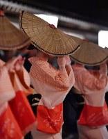編みがさをかぶり優美な踊りを披露する踊り手たち=富山市で2018年9月1日午後10時22分、猪飼健史撮影